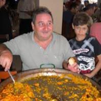Homem e menino comendo Paella